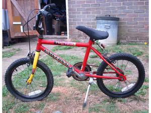 CHILDS BIKE - 5 - 10 YEAR OLD - NEEDS A LOT OF ATTENTION BIT