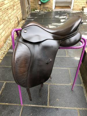"17"" brown Kent and masters dressage saddle"