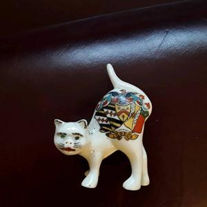 Crested China cat in good condition