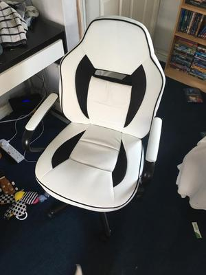 White gaming/office chair