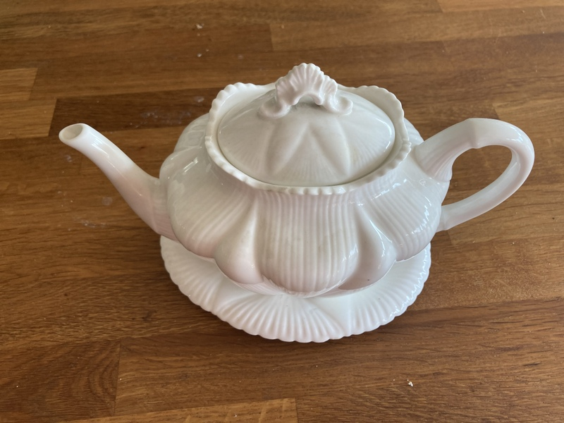 Shelly dainty teapot & stand